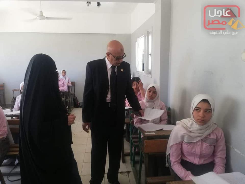 Photo of وكيل وزارة الصحة يتفقد لجان امتحانات مدارس التمريض الفنية