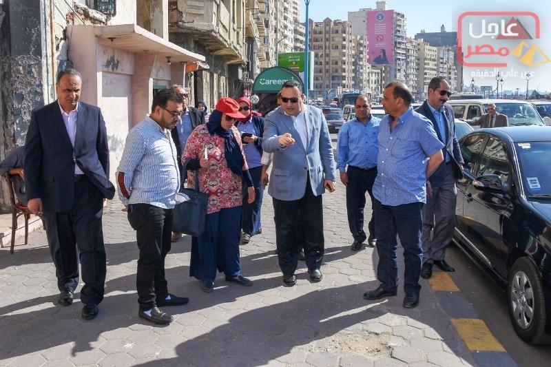 صورة أثناء جولته الميدانية لتفقد الطرق والمرافق بحي شرق