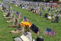 صورة الجيش الامريكى يخلد ذكرى قتلاه بالاحذية