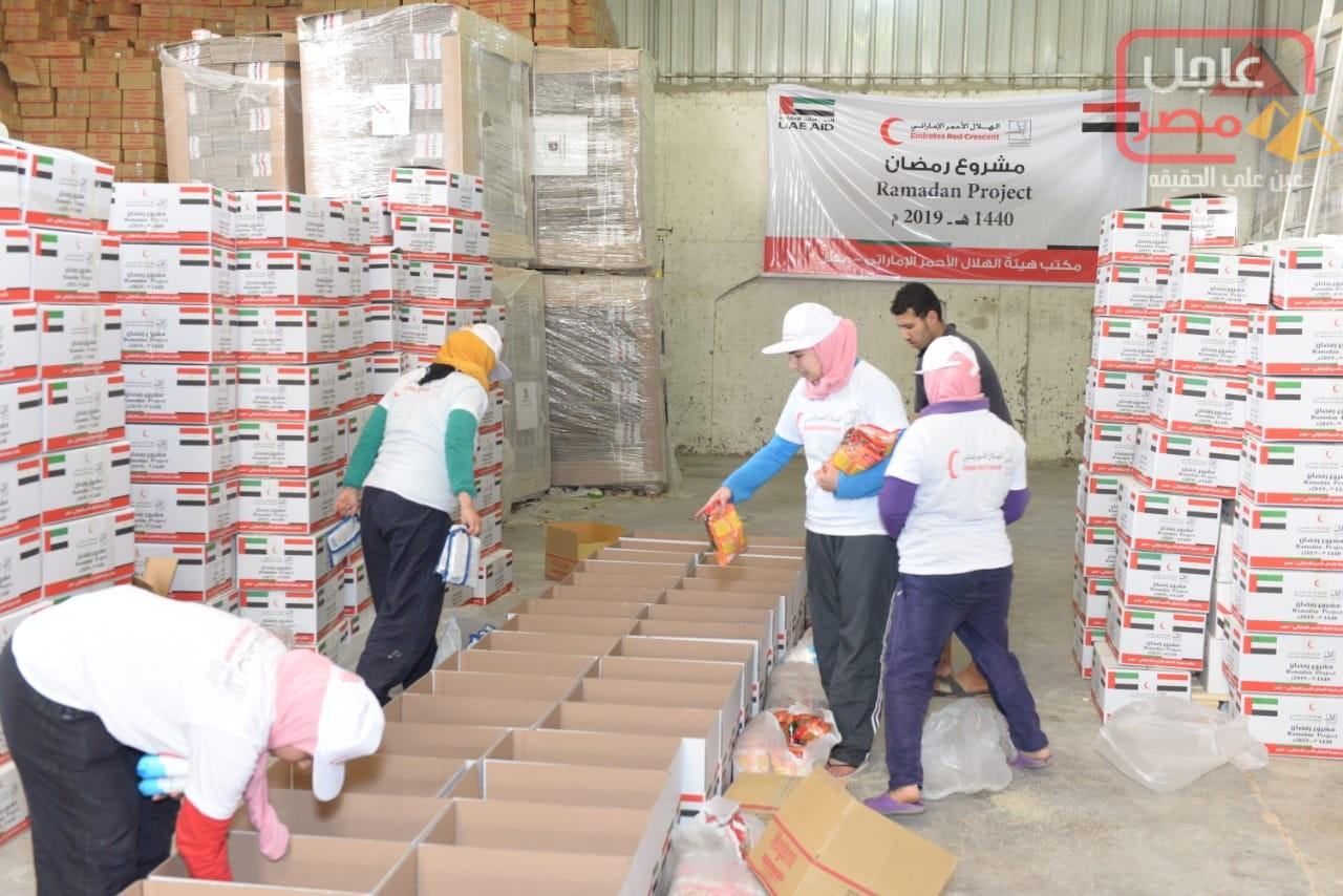 صورة برعاية الهجان – 500 كرتونة من المواد الغذائية من الهلال الأحمر الإماراتى والأورمان للأسر الأكثر احتياجًا في محافظة قنا