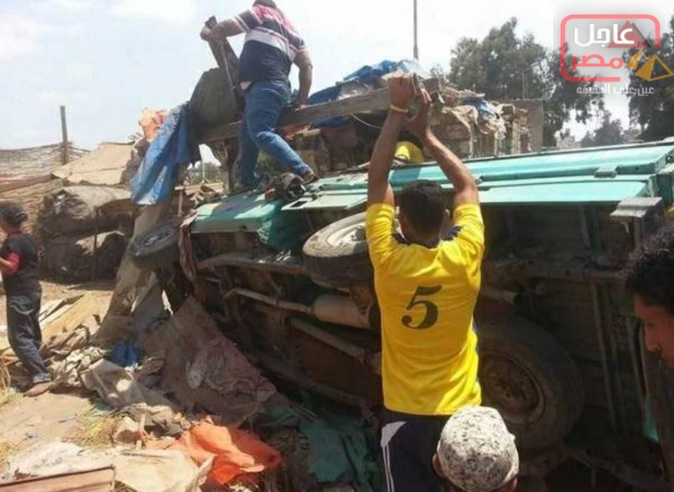 صورة إصابة 9 أشخاص من أسرة واحدة في انقلاب سيارتهم بطريق مطروح