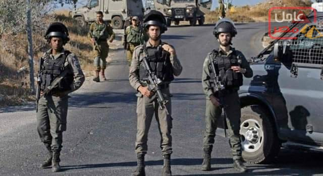Photo of قوات إسرائيلية تبحث عن قتلة جندي طعن حتى الموت قرب الخليل