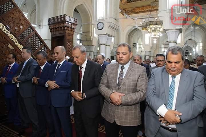 صورة الهجان والمئات من ابناء محافظة قنا يؤدون صلاة عيد الاضحي بمسجد سيدي عبد الرحيم القنائى