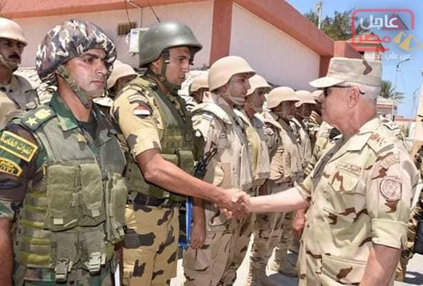 صورة رئيس أركان حرب القوات المسلحة يتفقد قوات تأمين شمال سيناء ويشيد بالروح القتالية