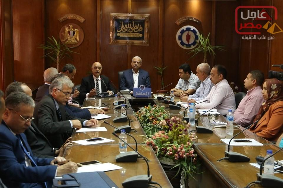 صورة ايماء إلي اجتماع السيد رئيس الوزراء مع محافظ السويس