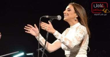 صورة أنغام تنعى شهداء كمين سيناء على المسرح فى حفلها بالتجمع الخامس