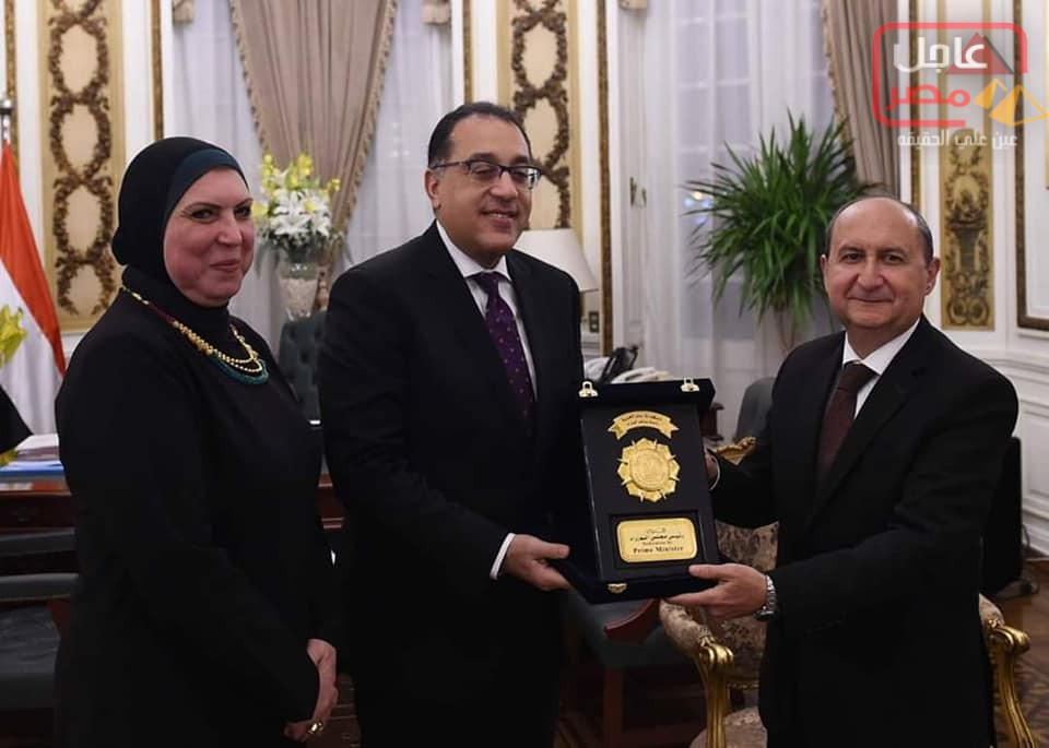 صورة رئيس الوزراء يهدي درع تكريم لوزير الصناعة السابق