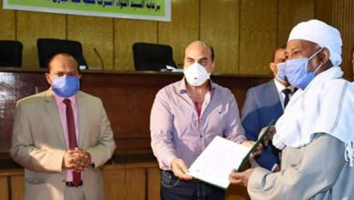 Photo of محافظ أسوان يسلم 80 عقد تقنين لواضعى اليد على أراضى الدولة