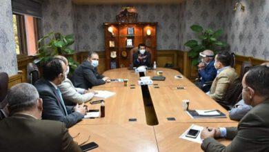 صورة وزير الرياضة خلال اجتماعه مع اللجنة المنظمة لمونديال اليد…