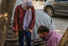Photo of أب يربط حذاء ابنته بعد امتحانات الثانوية العامة