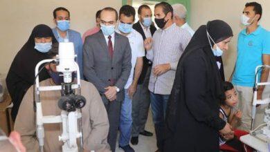 """صورة نائب محافظ سوهاج يتفقد القافلة الطبية لمكافحة """"مسببات العمى"""" بقرية جزيرة شندويل"""