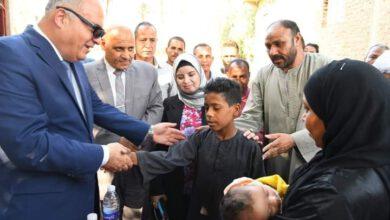 صورة محافظ قنا يقدم واجب العزاء لشهيديّ لقمة العيش بقرية الترامسة