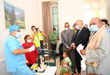 صورة محافظ قنا يتابع اعمال القافلة الطبية للكشف علي أمراض العيون